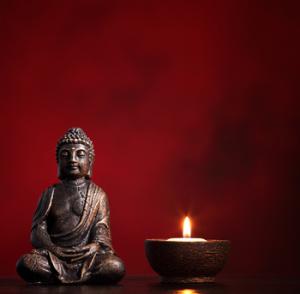 Eine Kerze oder eine kleine Buddhastatue sind hervorragende Mediationsobjekte.