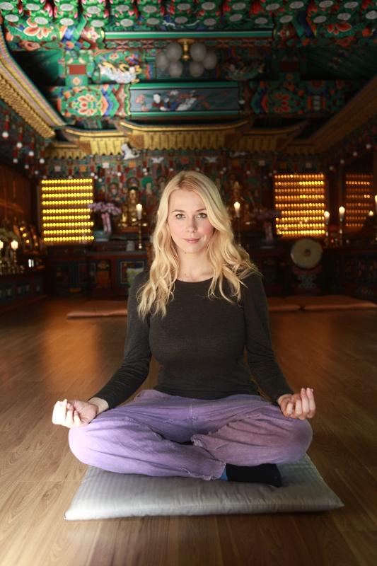 Der Schneidersitz ist eine für Anfänger sehr gut geeignete Meditationshaltung.