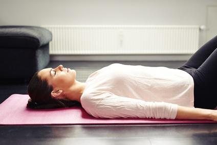 Such dir für den Bodyscan eine Position und einen Ort, an dem du 20 bis 30 Minuten bequem liegen kannst.
